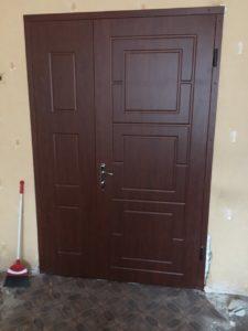 Двери входные полуторные, установка Каменское, 9 больница